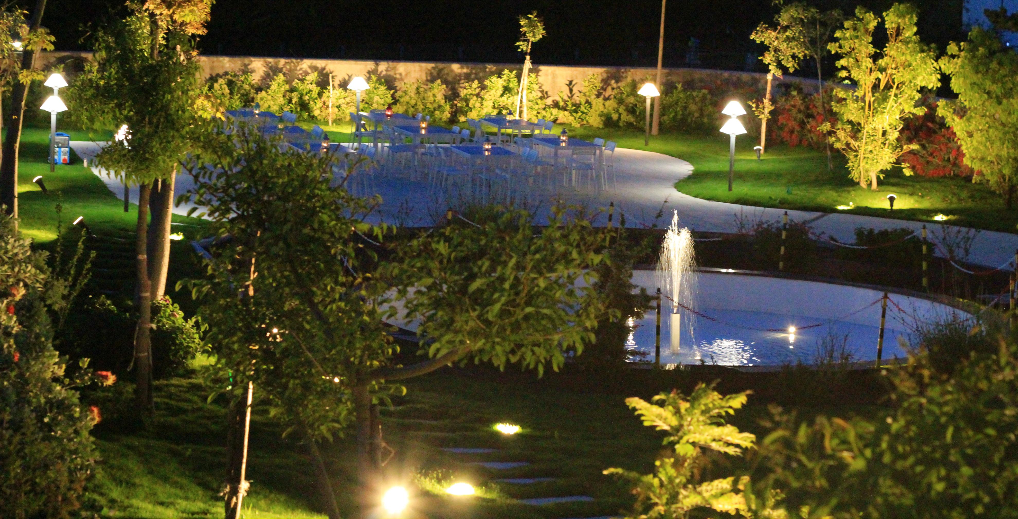 L'illuminazione del giardino a sera è romantica, ogni elemento viene enfatizzato dalla luce ...